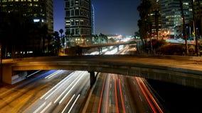 Lapso de tiempo del tráfico en Los Ángeles céntrico en la noche metrajes