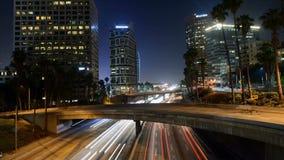 Lapso de tiempo del tráfico en Los Ángeles céntrico en la noche almacen de metraje de vídeo