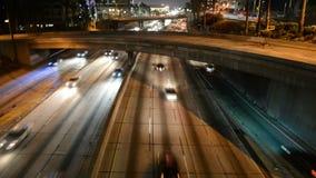 Lapso de tiempo del tráfico en Los Ángeles céntrico en la noche almacen de video