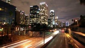 Lapso de tiempo del tráfico en Los Ángeles céntrico en la noche - 4K almacen de metraje de vídeo