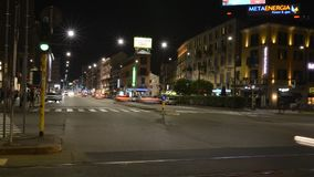 Lapso de tiempo del tráfico de la noche en Corso Buenos en distrito del ` s Porta Venezia de Milán almacen de video