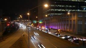 Lapso de tiempo del tráfico que intenta conseguir alrededor de un accidente en una carretera cerca de ciudad urbana en la noche almacen de video