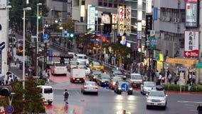 Lapso de tiempo del tráfico y de los peatones en el distrito ocupado de las compras de Ginza - Tokio Japón