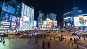 Lapso de tiempo del tráfico y de la gente que caminan en paso de peatones en la noche en Ximending en Taipei, Taiwán almacen de video