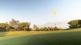 Lapso de tiempo del verde en campo de golf con la bandera y el agujero, capturado en Algarve, Portugal meridional metrajes