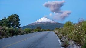 Lapso de tiempo del volcán Popocatépetl almacen de metraje de vídeo