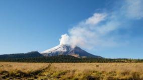 Lapso de tiempo del volcán Popocatépetl en el parque de Izta-Popo almacen de video