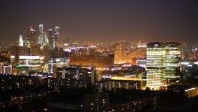 Lapso de tiempo desde muy arriba de la noche en ciudad moderna grande almacen de metraje de vídeo