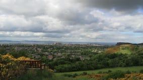 Lapso de tiempo de Edimburgo de una colina distante almacen de video
