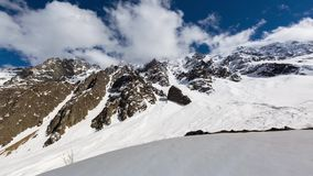 Lapso de tiempo El Cáucaso las montañas de Rusia, Ossetia del norte, la formación de nubes en el valle Tseyskoe