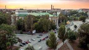 Lapso de tiempo El movimiento de coches en la puesta del sol cerca del parque en la ciudad de Rostov-On-Don metrajes