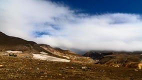 Lapso de tiempo El movimiento de nubes sobre el barranco del volcán de Mutnovsky Kamchatka, Rusia almacen de video
