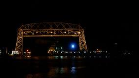 Lapso de tiempo en la noche de dos naves que van debajo del puente de elevación aéreo de Duluth metrajes