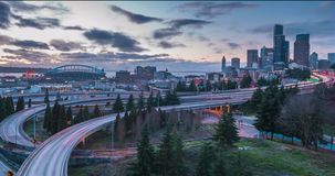 Lapso de tiempo en la puesta del sol del tráfico en Seattle, Washington almacen de video