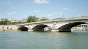 Lapso de tiempo en París, el río Sena Puente parisiense almacen de metraje de vídeo