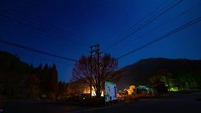 Lapso de tiempo estrellado del cielo en el camino forestal en Gifu Japón metrajes