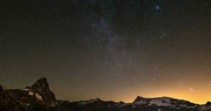 Lapso de tiempo estrellado del cielo sobre el pico de montaña majestuoso de Cervino Cervino y los glaciares de Monte Rosa, lado i almacen de video
