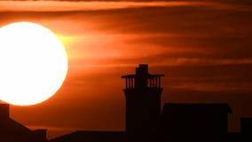 Lapso de tiempo - extremo cercano para arriba del ajuste del sol con las nubes dramáticas en la puesta del sol metrajes