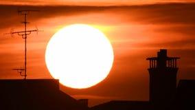 Lapso de tiempo - extremo cercano para arriba del ajuste del sol con las nubes dramáticas en la puesta del sol almacen de metraje de vídeo