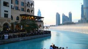 Lapso de tiempo famoso de la fuente 4k de la alameda de Dubai almacen de metraje de vídeo