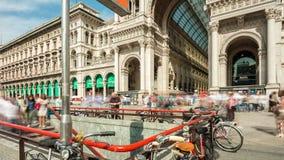 Lapso de tiempo famoso del intrance 4k de la alameda del galleria del cuadrado del duomo de Milano del día de verano Italia almacen de metraje de vídeo