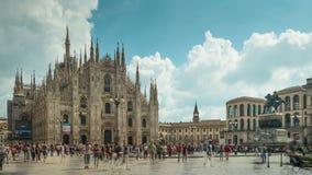 Lapso de tiempo famoso del panorama 4k del frente de la catedral del duomo de Milano del día del cielo del verano Italia almacen de video