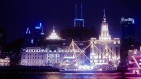 Lapso de tiempo, Federación brillantemente encendida en la noche, edificio viejo de Shangai de las naves que cruza almacen de video