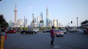 Lapso de tiempo, gente que cruza el camino con el edificio del negocio del lujiazui de Shangai almacen de metraje de vídeo