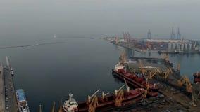 Lapso de tiempo híper, ciudad de Odessa, tiro aéreo hermoso de los muelles en un día nublado metrajes