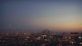 Lapso de tiempo inclinable del cambio de la puesta del sol en ciudad grande del verano almacen de video