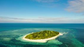 Lapso de tiempo: isla tropical con la playa arenosa Isla de Mantique, Filipinas metrajes