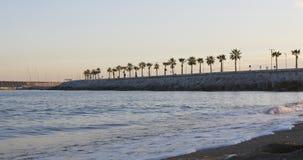 Lapso de tiempo 4k de la opinión famosa de la playa del día soleado de Barcelona que camina España almacen de metraje de vídeo