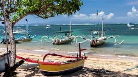 lapso de tiempo 4K del barco de madera tradicional del Balinese con la decoración de la cinta en la orilla del océano debajo del  metrajes
