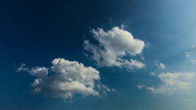 lapso de tiempo 4k del cielo azul con las nubes y el sol