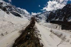 Lapso de tiempo 4K Rusia, Ossetia del norte, las montañas del Cáucaso en la formación Tseyskoe de la nube gorge metrajes