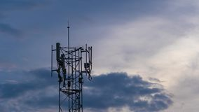 Lapso de tiempo de la antena de la torre de la telecomunicaci?n en la puesta del sol almacen de video