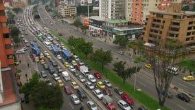 Lapso de tiempo de la calle muy transitada con los coches en la ciudad de Bogotá, Colombia
