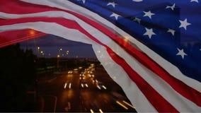 Lapso de tiempo de la carretera con la bandera americana almacen de video