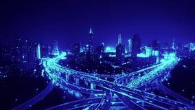Lapso de tiempo de la carretera pesada ocupada del atasco de la hora punta de la ciudad de la autopista sin peaje en la noche metrajes