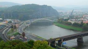 Lapso de tiempo de la ciudad industrial, tráfico de coches de tren, niebla de las montañas almacen de video