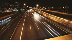 Lapso de tiempo de la conducción de automóviles del tráfico de la carretera en el carretera múltiple del carril metrajes