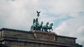Lapso de tiempo de la cuadriga del Tor de Brandenburger de la puerta de Brandeburgo en Pariser Platz en Berlín, Alemania almacen de metraje de vídeo
