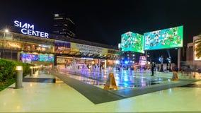 Lapso de tiempo de la fuente con el viajero en el piso de las actividades de Siam Center almacen de metraje de vídeo