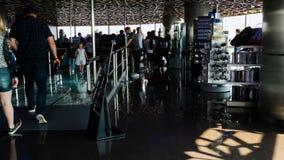 Lapso de tiempo de la gente en el top de Burj Khalifa almacen de metraje de vídeo
