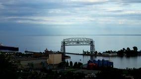Lapso de tiempo de la nave del mineral que entra en el puerto de Duluth debajo del puente de elevación metrajes