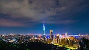 Lapso de tiempo de la noche de la ciudad en Taipei, Taiwán almacen de video