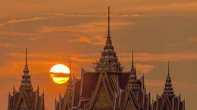 Lapso de tiempo de la puesta del sol anaranjada grande con la antena, silueta de la salida del sol del horizonte con la llamarada almacen de metraje de vídeo