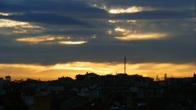 Lapso de tiempo de la puesta del sol colorida con las nubes dramáticas sobre la ciudad de Burgas, Bulgaria almacen de video