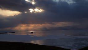 Lapso de tiempo de la puesta del sol en el lago Baikal en invierno almacen de metraje de vídeo