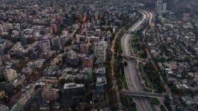 Lapso de tiempo de la puesta del sol de Santiago de Chile con la carretera, visión superior almacen de metraje de vídeo